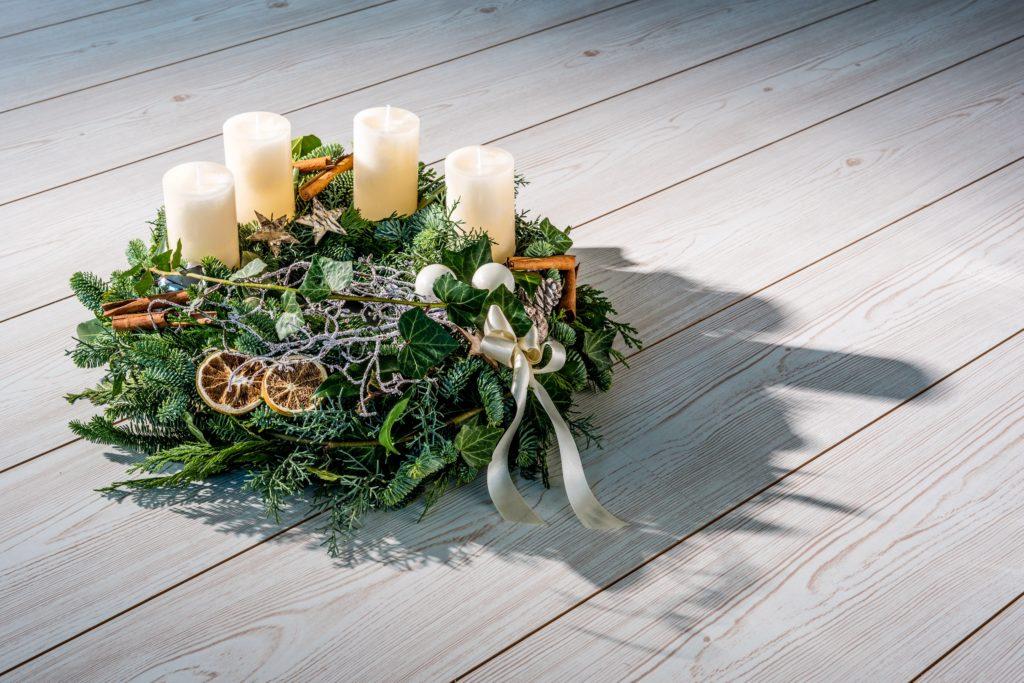 Adventskranz mit cremefarbenen Kerzen