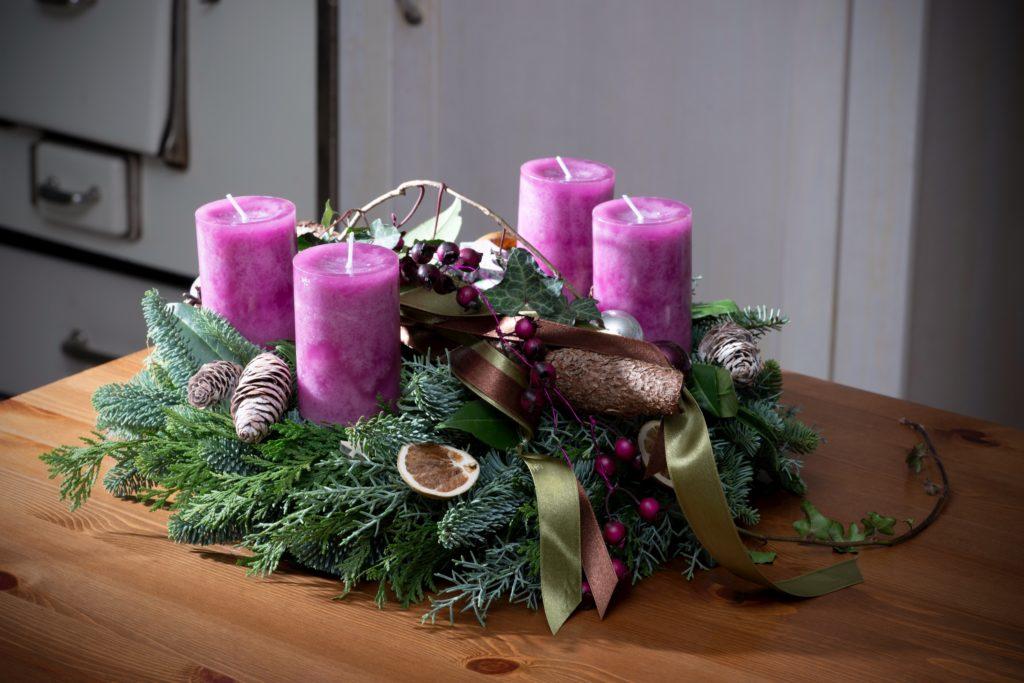 Adventskranz mit violetten Kerzen