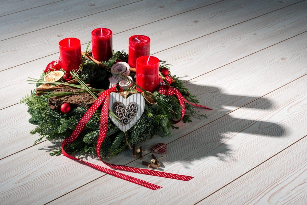Adventskranz natürlich mit roten durchgefärbten Kerzen