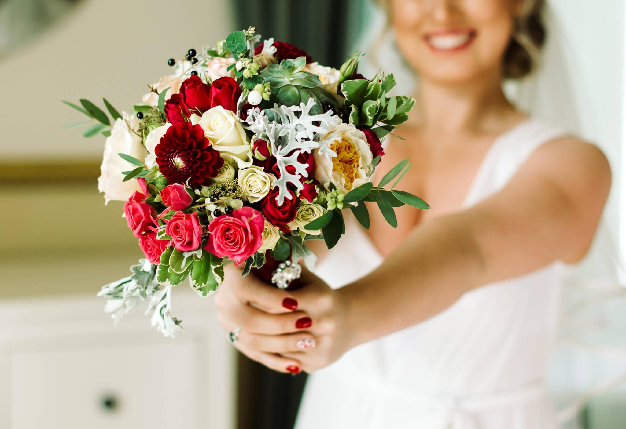 Brautstrauss mit roten Rosen und weiß