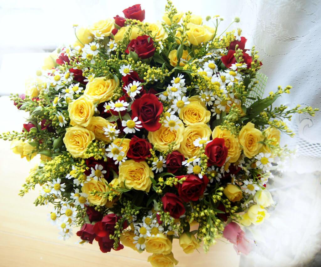 Grosser Strauss Mit Gelben Und Roten Rosen