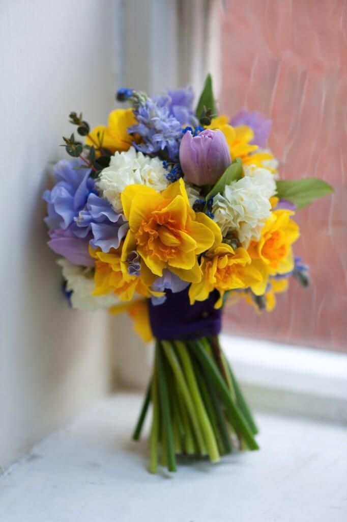 Kleiner Strauss Narzissen Tulpen Fruehling 1