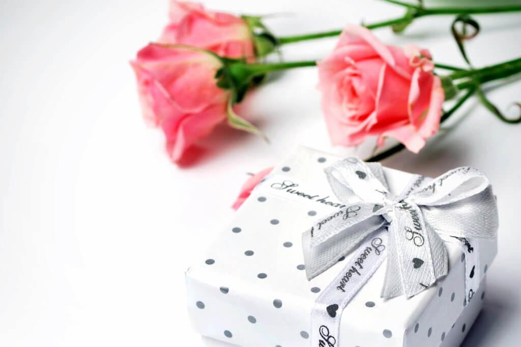 Schmuck Geschenk Mit Blumen Schoener