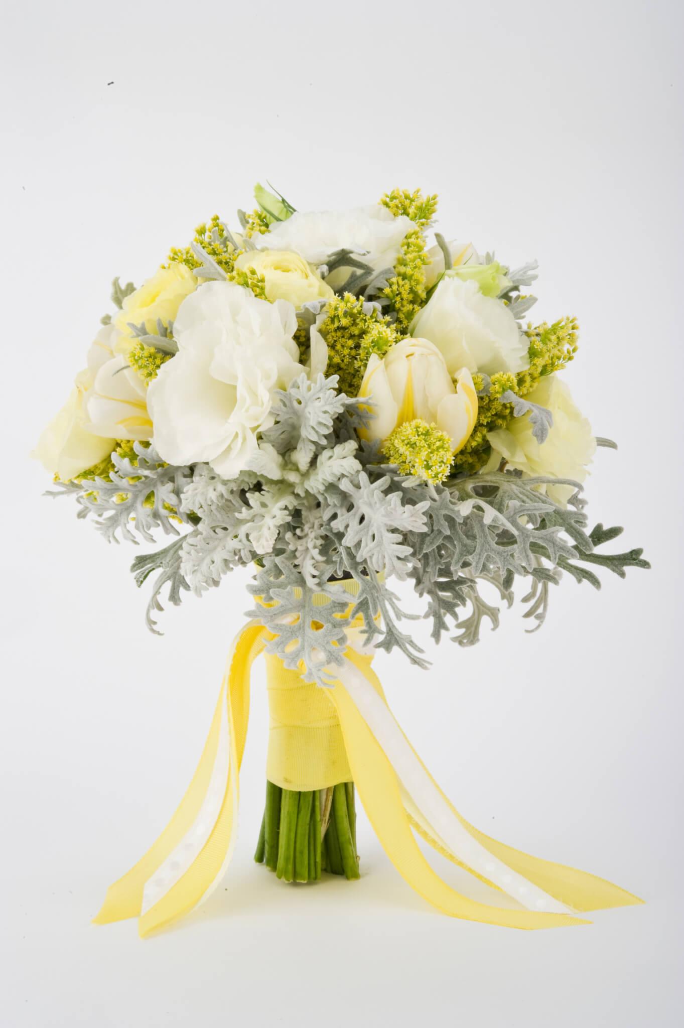 Weiße und gelbe Frühlingsblumen