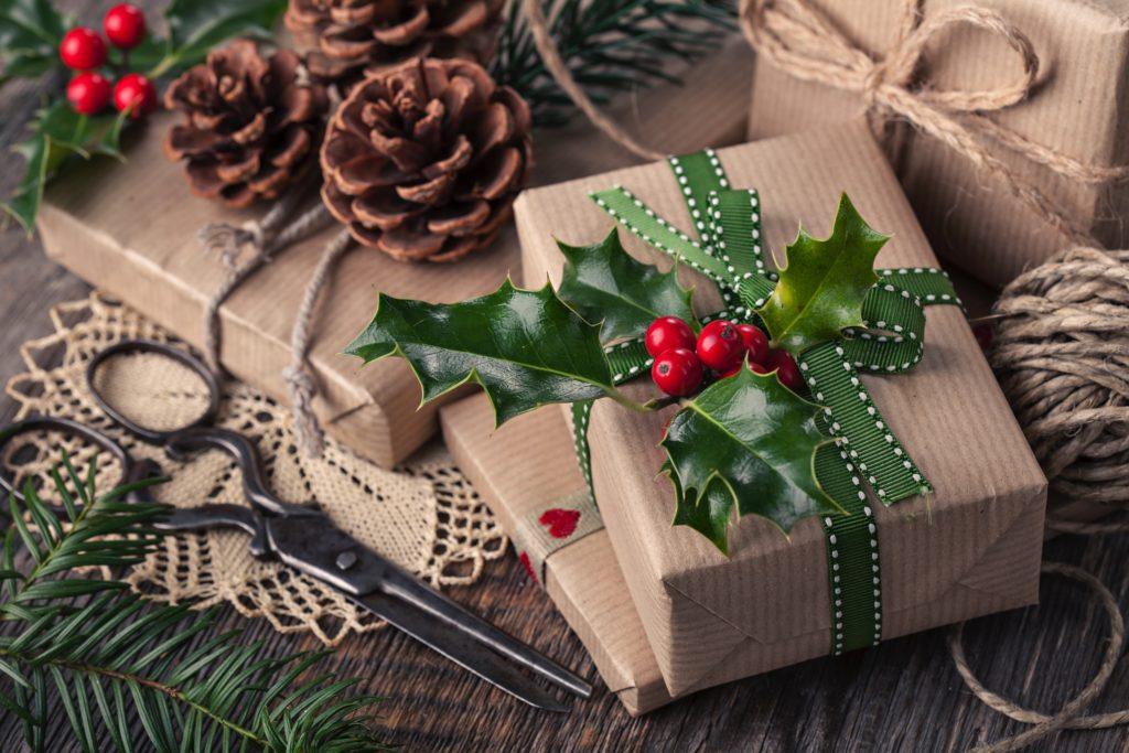 Weihnachtsgeschenke mit Zweig verpackt