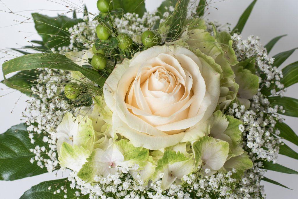 weiße Rose mit Hortensie und Schleierkraut