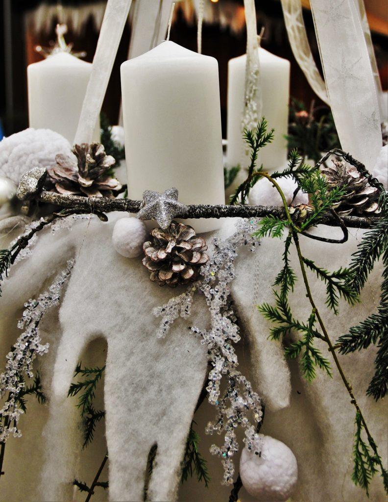 Weißer hängender Adventskranz mit Filz
